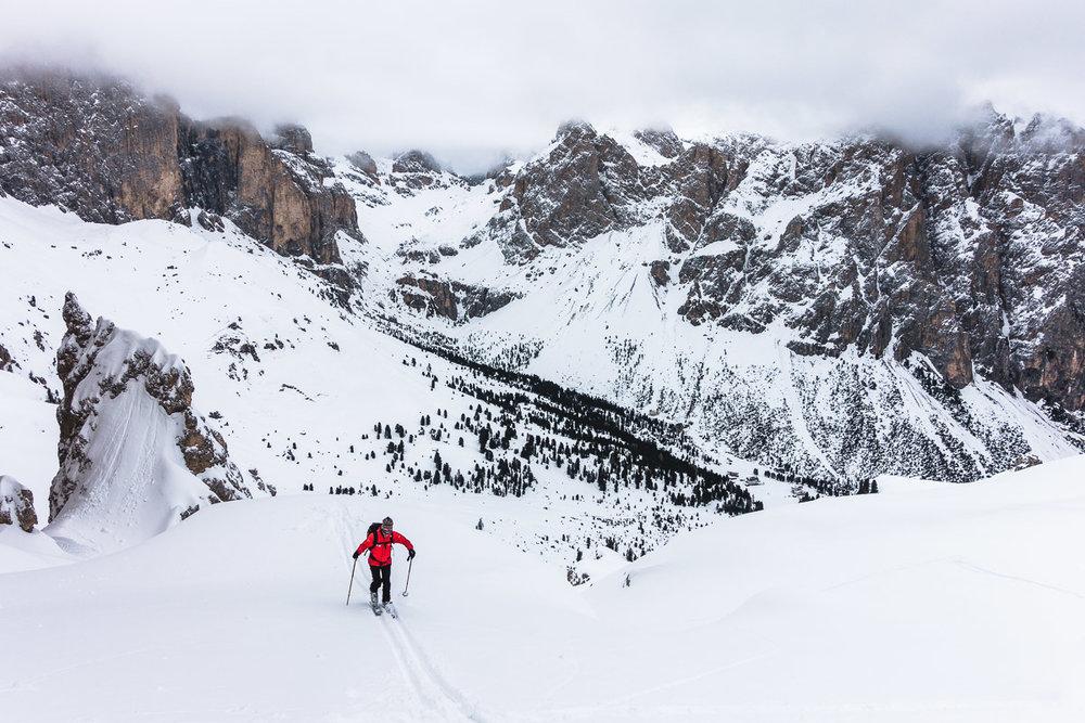 Skitour im Rosengarten — unser Bergführer beim Aufstieg zum Tschigolade Pass.
