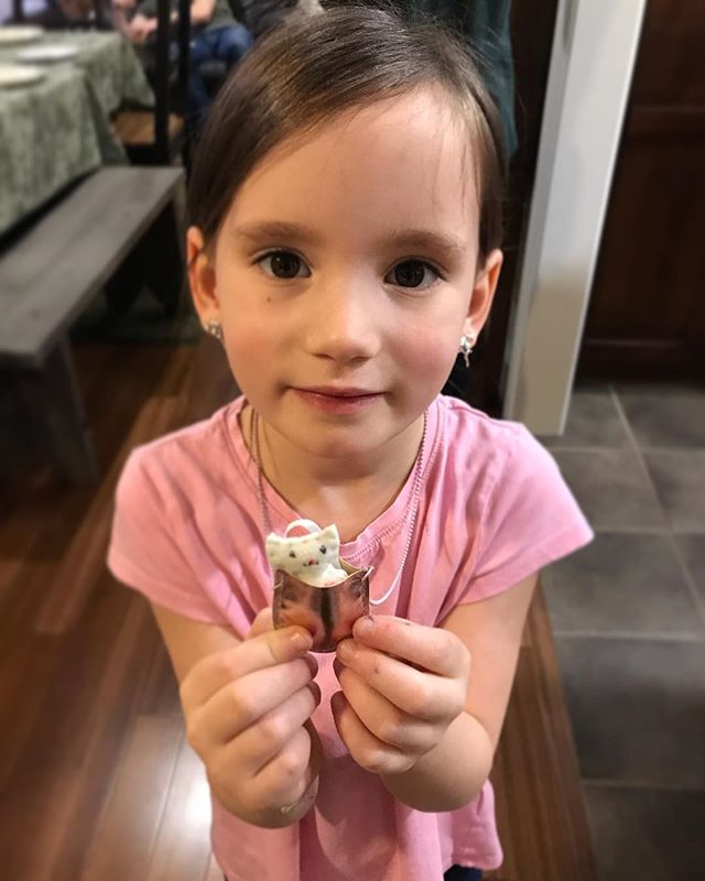 Shoutout to @sfunk04 and @rachelwfunk for blowing my daughter's mind with a cat in a purse necklace. 🤯😍