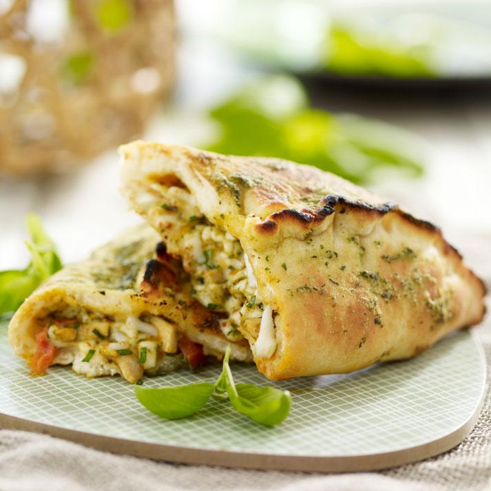 13136 Deli&BBQ Gourmet Calzone Kana-pesto-juusto, kypsä.jpg
