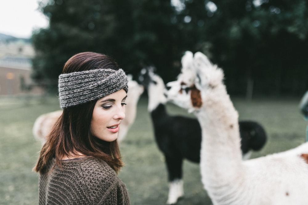 Sanft pflegen - Das geht an alle, die bereits ein solch kuschliges Einzelstück tragen: Damit es euch lange warm gibt, geht ganz sanft und wertschätzend mit ihm um. Es ist ein handgemachtes Naturprodukt und möchte auch so gepflegt werden.Wenn ihr es wascht, dann mit natürlicher Seife mit schonendem Wollwaschgang. Das Etikettli ist aus veganem Leder und darf nass werden. Viel Freude und lang lebe das Lama-Stirnband!