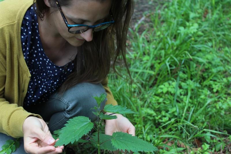 Mamani loves Flora - Voller Intuition entdeckt sie die Pflanzen und Kräuter um sich. Und widmet sich ihren Kräften.