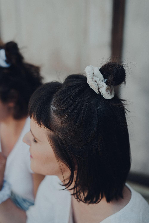 Neu in Winti & Züri - Wer die Fair-Hairgummis von Auge betrachten, von Hand fühlen und in seinen Haaren ausprobieren möchte: Im charmanten Schneideratelier von Jael Signer an der Neustadtgasse in Winterthur oder bei Nadia im veganen Vintage Café Complet beim Waffenplatz in Zürich. Ob Goldiggrün,Fliederblau oder Nature Flamingo -die Fair-Hairgummis und auch je ein Fair-Hairband gibt's da limitiert und selbstgemacht nur für Dich!