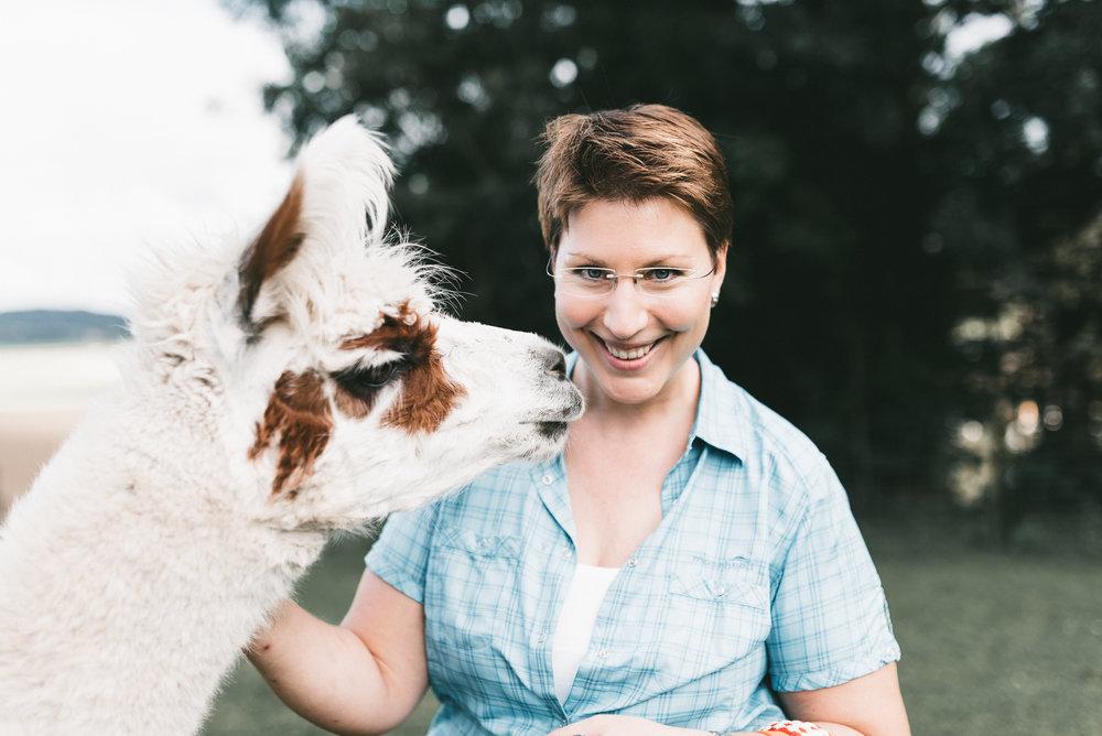 Christiane Leibacher - Im Büro kennengelernt, auf einem ihrer Lama-Trekkings wiedergefunden: Christaine Leibacher ist mir richtig ans Herz gewachsen. Sie lebt mit ihren sechs Lama Jungs ihre Passion. Durch das Trekking entsprang die Idee, das kuschlige Schurfell ihrer sechs Lamas für meine Stirnbänder spinnen zu lassen und so weiterzuverwerten. Ein spezielles Gefühl, diese feine Naturwolle in all den Nuancen. Danke, Christiane und Jungs, für dieses Wunder!