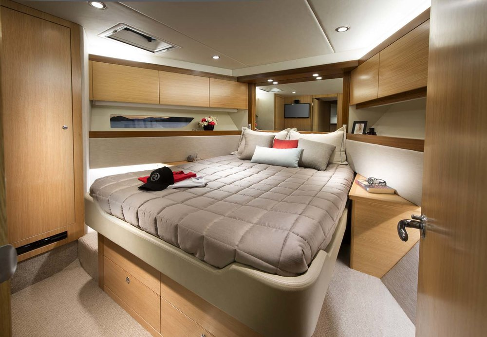 R52 Enclosed Flybridge Guest Stateroom 01.jpg