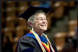 KAREN DEPAUW  La decana de la Escuela de Posgrados de Virginia Tech ha sido pieza clave en el desarrollo de este programa. La USFQ está comprometida en continuar el legado académico que ha dejado la Doctora DePauw en la USFQ. DePauw ha sido la mentora de este proceso, y la USFQ está inmensamente agradecida por su generosidad intelectual e interés por permitir que la educación superior en la región latinoamericana alcance mejores logros.