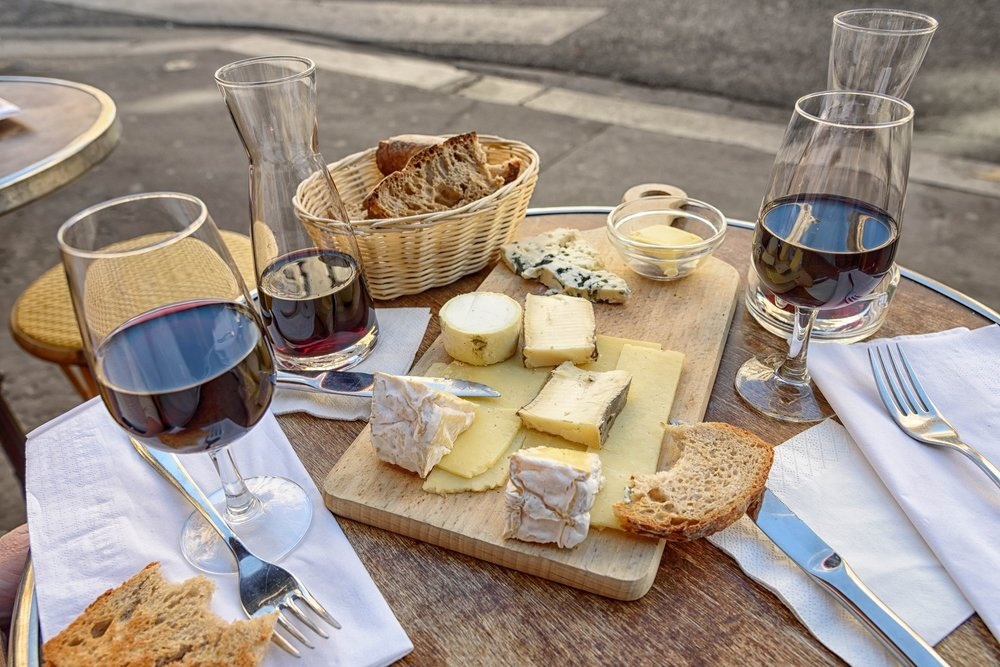 Degustació de formatges o embotits artesanals i vins ecològics en una masia catalana - Coneix una masia familiar catalana i el dia a dia dels seus productors locals