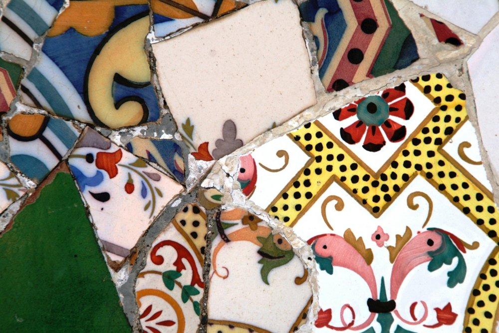 """Crea mosaicos con la técnica de Gaudí: el """"trencadís"""" - Antoni Gaudí utilizó la llamada técnica del """"trencadís"""" para decorar muchas de sus obras más famosas, como por ejemplo, el Park Güell.¿Te gustaría saber más? Disfruta de un taller en el que podrás crear mosaicos y piezas únicas.Incluye: profesora experta, materialesPrecio: 45€ por persona"""