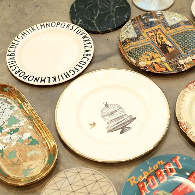 Typographic, Asian, or Retro? These decorative plates are unique pieces that add a colorful touch to your interiors. Place them around your tables or hang them on your walls to add an artistic feel to the place. تايبوغرافيك، آسيوية، أو ريترو؟ هذه الصحون المزينة بالصور تضيف لمسة ملونة على منزلك. ضعها على الرفوف أو علقها على الجدران لتعطي الغرفة مظهر فني.
