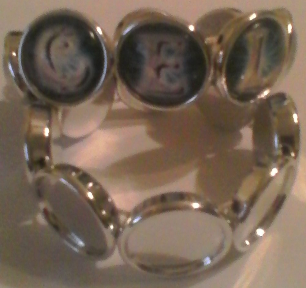 Fashion Bangle Bracelet  - Includes:- one 19mm acrylic bracelet setting- eight 19mm magnifying glass cabochons$2.25 Shipping Cost