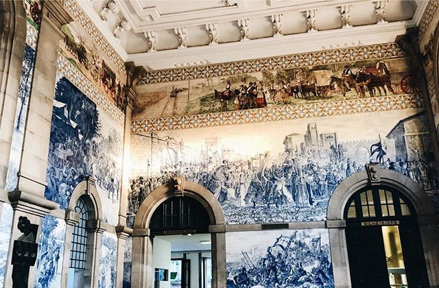 Everyone in Portugal told us the Porto train station was the most beautiful in the world. They were not wrong. (Though tbh the Denver station is looking quite nice these days for a city you would never associate with train travel.) . My question is how are these 100 year old tiles still on the wall when I'm pretty sure what the contractor put up in my bathroom is going to fall off next year? 🤔😂 . . . . #iloveporto #porto #portoportugal #portugal #iloveportugal #igportugal #igporto #tinyatlas #roamtheplanet #travelblogger #tlpicks #saobento #saobentorailwaystation #culturetrip #sundayspritz #athomeintheworld