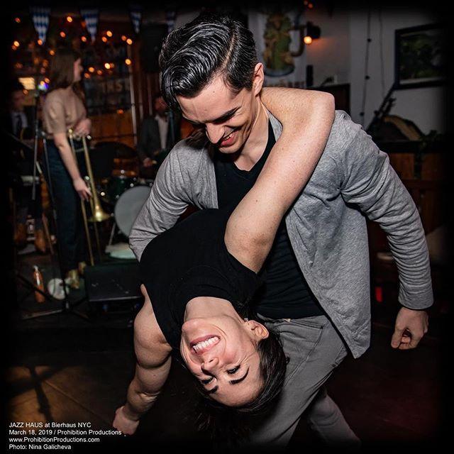 🖤 Photo by @ninagalicheva.nyc  @prohibitionproductions @bierhausnyc #jazz #swingdance #lindyhop #leadandfollow #socialdance #dancepartners #lifepartners
