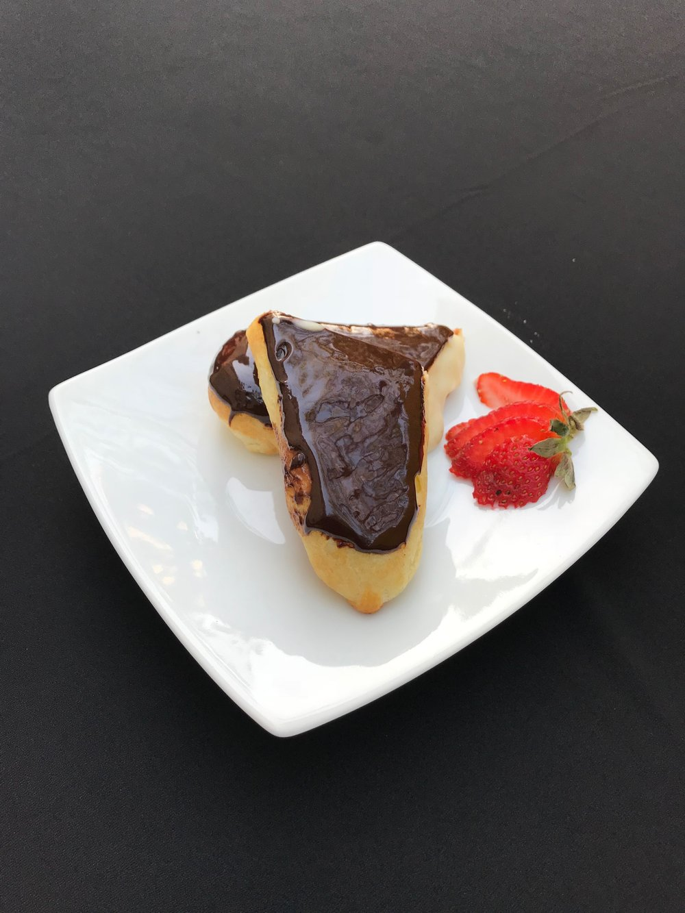 - EclairFlaky puff pastry stuffed with vanilla cream custard filling and chocolate ganache