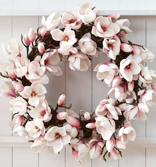 Flower wreath's are becoming a major trend for Christmas decoration choices 🌟and we are loving this one from Plum Siena Blog 🌺