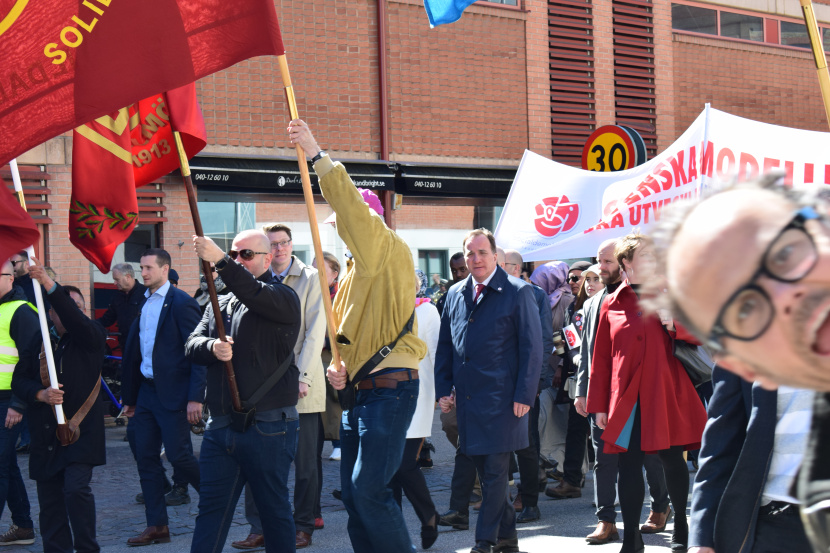 Malmö on the Labour Day: PM is here, he has a face, he is not blurred and he is looking in my direction. But I get photobombed.