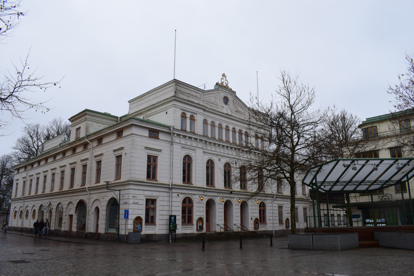the city theatre is located just by the entrance to Kvarholmen from the side of the railway station; Larmtorget 1