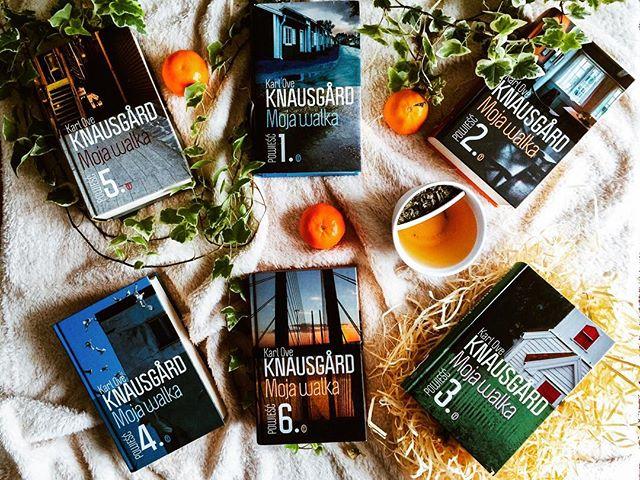 """Wiele rzeczy mogłam i powiedziałam o Knausgårdzie i jego powieści. Powoli wszystko ląduje na stronie. Tekst dotyczący poglądów Karla Ovego na feminizm, równouprawnienie i Szwedów reklamuję jednym z moich ulubionych cytatów: """"Szwedzi mają to we krwi, nie ma Szweda, który nie płaciłby rachunków w wyznaczonym terminie, bo jeśli tego nie zrobi, otrzyma upomnienie, a z takim upomnieniem, bez względu na wysokość kwoty, jakiej dotyczy, nie dostanie kredytu w banku, nie wykupi abonamentu na komórkę ani nie wynajmie samochodu. Dla mnie, który nie wykazywał się taką sumiennością i nawykłem do średnio dwóch drobnych windykacji w ciągu pół roku, takie restrykcyjne przestrzeganie terminów pozostawało oczywiście poza zasięgiem możliwości. Jakie są tego konsekwencje, przekonałem się dopiero po kilku latach, ale zdecydowanie mi go odmówiono. Kredyt, panu?! Ale Szwedzi, ci pedanci, bardzo sumiennie podchodzą do życia i gardzą ludźmi, którzy postępują inaczej. Ach, jak nienawidziłem tego małego pieprzonego kraju! W dodatku tyle tu zadufania! Wszystko, co tutejsze, jest normalne, wszystko, co inne – nienormalne. A jednocześnie z otwartymi ramionami przyjmują wielokulturowość i mniejszości! Biedni ci Murzyni, którzy przyjeżdżają z Ghany czy z Etiopii i muszą się zmierzyć ze szwedzką pralnią! Rezerwować czas na pranie z dwutygodniowym wyprzedzeniem i wysłuchiwać reprymend, jeśli zostawią skarpetkę w suszarce, albo witać mężczyznę, który z podszytą ironią życzliwością staje w drzwiach z tą cholerną torbą z Ikei i pyta: """"Czy to przypadkiem nie należy do pana?"""". Szwecja od siedemnastego wieku nie przeżyła wojny na swoim terytorium; jakże często przychodziło mi do głowy, że ktoś powinien dokonać tu inwazji, zbombardować budynki, zniszczyć ziemię, strzelać do mężczyzn, gwałcić kobiety, a potem pozwolić, by jakiś daleki kraj, na przykład Chile albo Boliwia, przyjął szwedzkich uchodźców, zaoferował im pomoc, ciągle powtarzając, że kocha wszystko, co skandynawskie, a następnie umieścił ich w ge"""