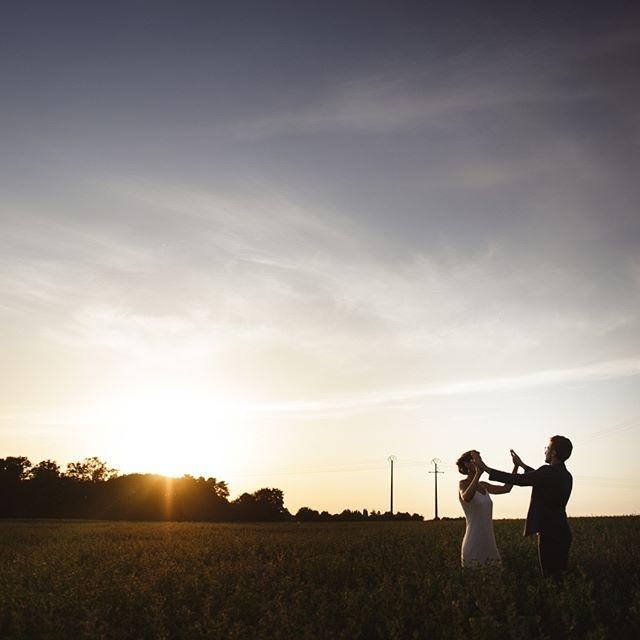 🌻 Nos amoureux P & G, soleil couchant, à la #fermedarmenon 🌻 Leur jolie journée est visible sur mon site !