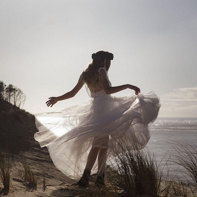 LA RENCONTRE... Le projet editorial avec @arthur_videographer (mon binôme vidéaste!) à (re) découvrir sur mon site (lien en bio) avec @meryl.suissa (robe) | @lescouronnesdevictoire (couronne fleurie) | @blandindelloye (costume) | @reemcat_ (danseur) | @tiffany.mcklein (mariée) | Merci à David, Laurileen, Aurore...pour leur soutien logistique :)