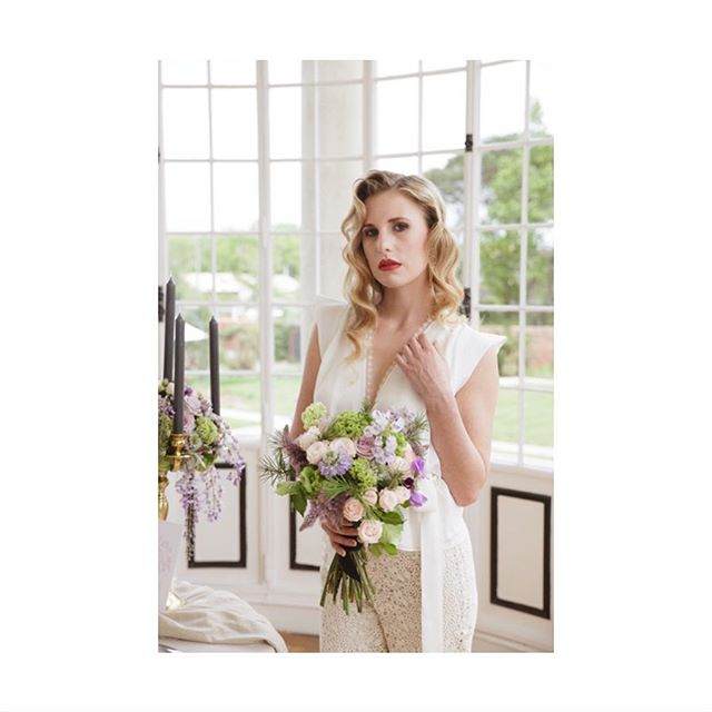 First preview of our new editorial photoshoot inspired by the successful fashion model & actress Tippi. She received world recognition for her work in the suspense-thriller The Birds in 1963, for which she won a Golden Globe. We decided to celebrate the Old Hollywood Glam at #chateaumader with a great team @stephanieweddingplanner2be (organisation) - @wednesday.wedding.dress (dress) - @sophie_gomes_de_miranda (flowers) - @ghbijouxbordeaux (jewellery) - @maison_options (decor) - @atelier_preszburger (stationery) - @gulshancoiffeuse (hair) - @salome.makeup (makeup)
