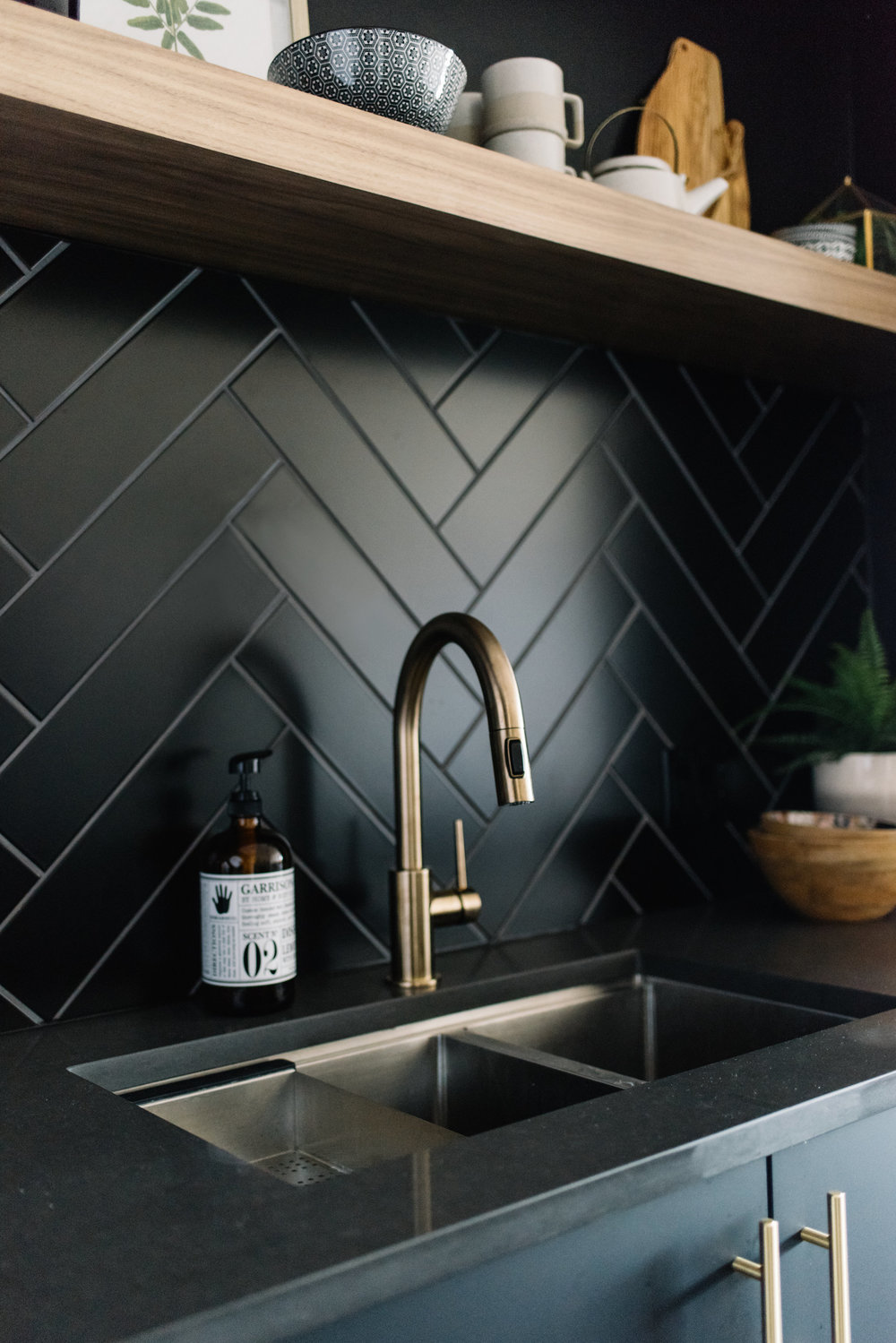 black herringbone backsplash, kitchen