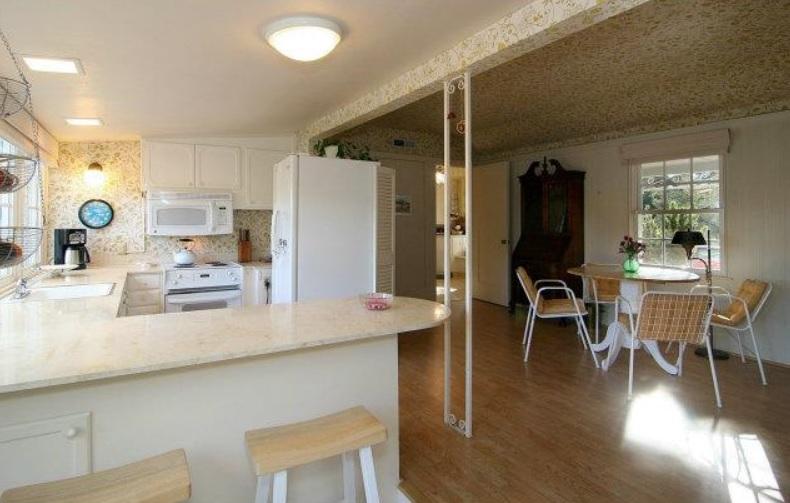 kitchen before-2.jpg