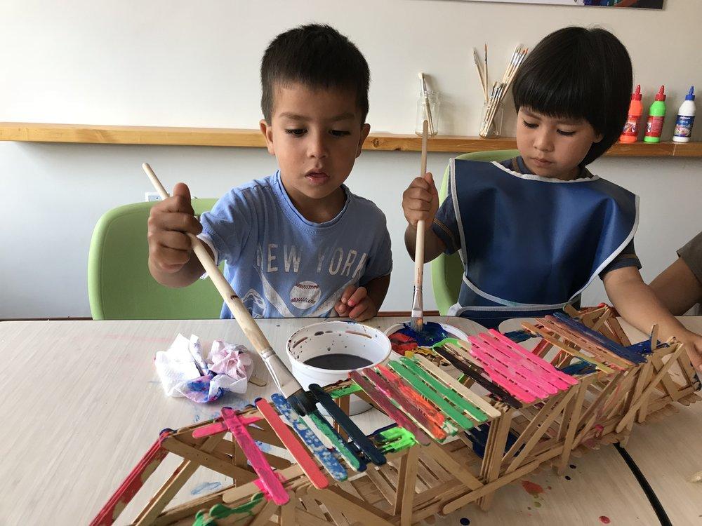 Concentrados pintando un puente.