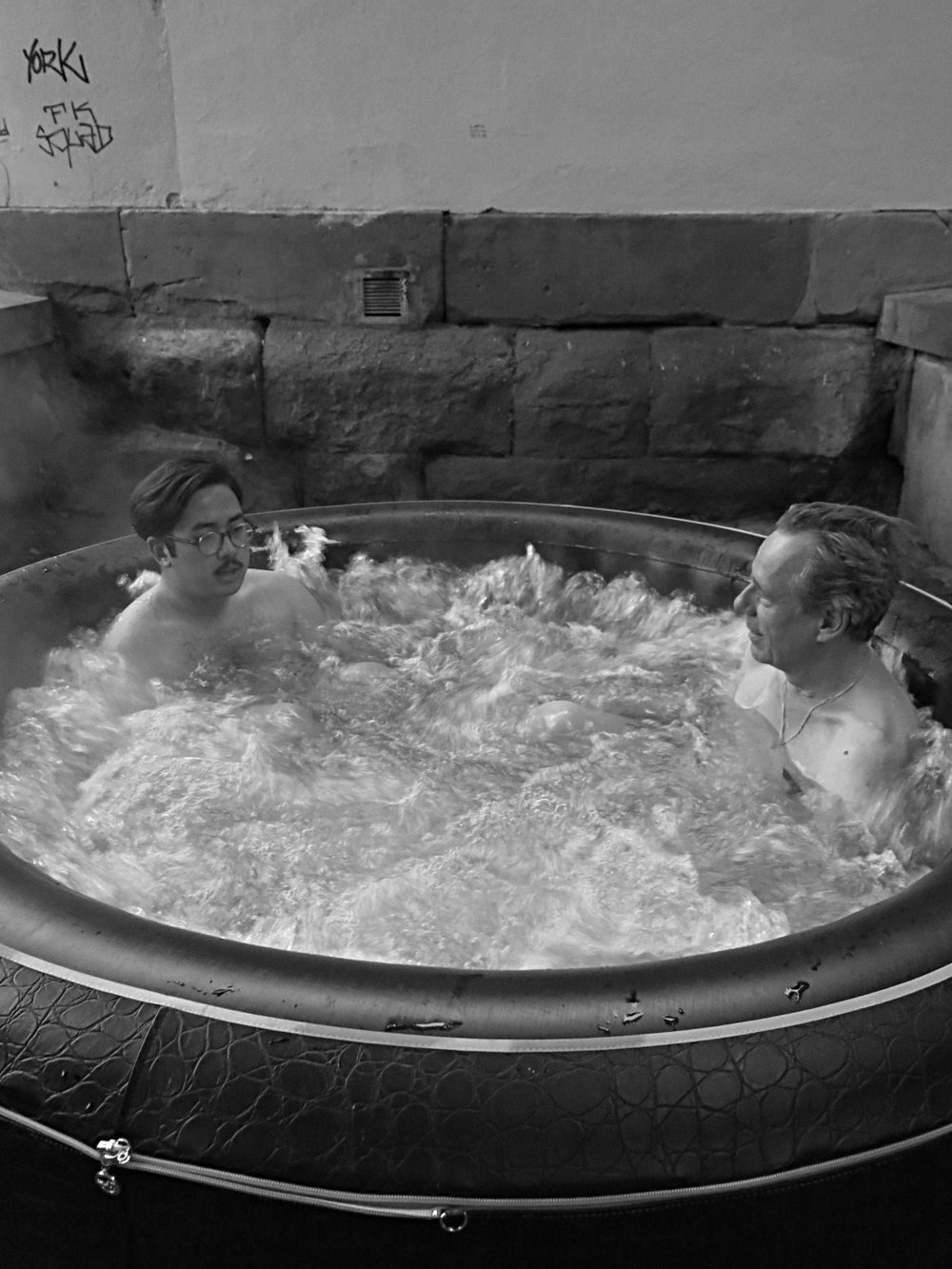 Posing & Spa-Whirlpool-Therapy — BLOND & GILLES
