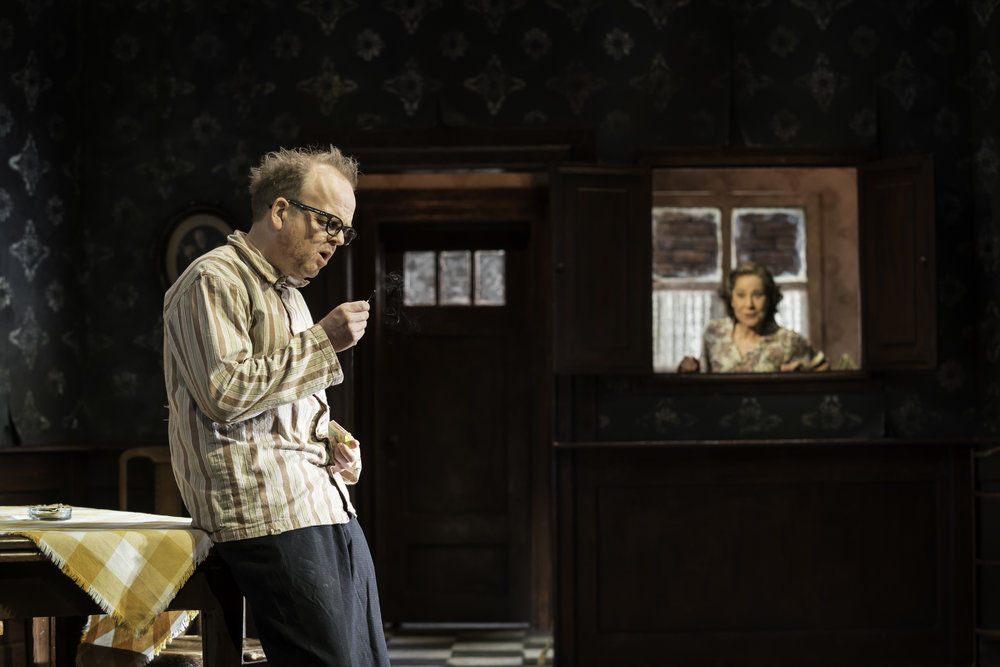 Toby_Jones_Zoe_Wanamaker_Photo_By_Johan_Persson_030980.jpg
