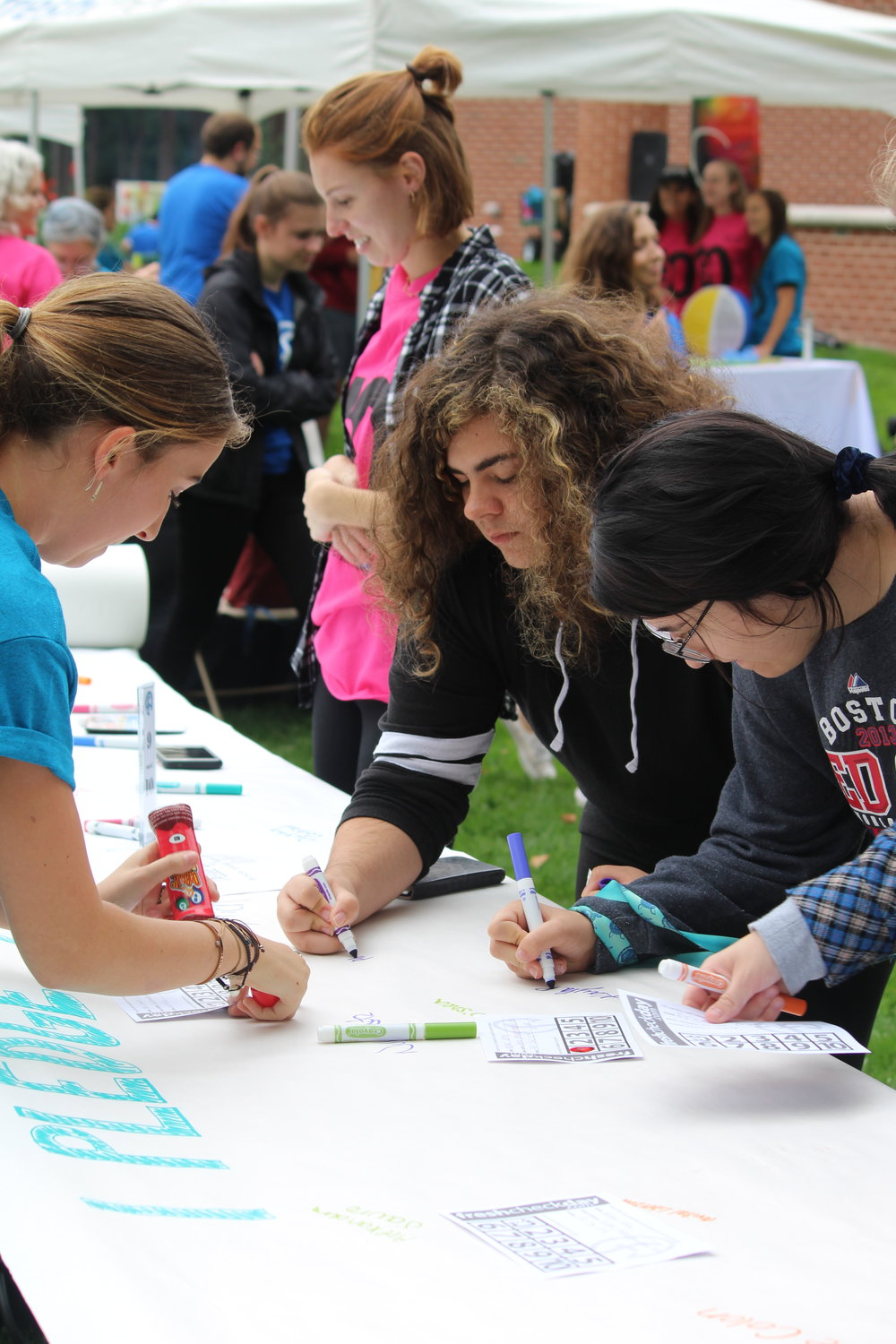Students sign the 9 out of 10 pledge.