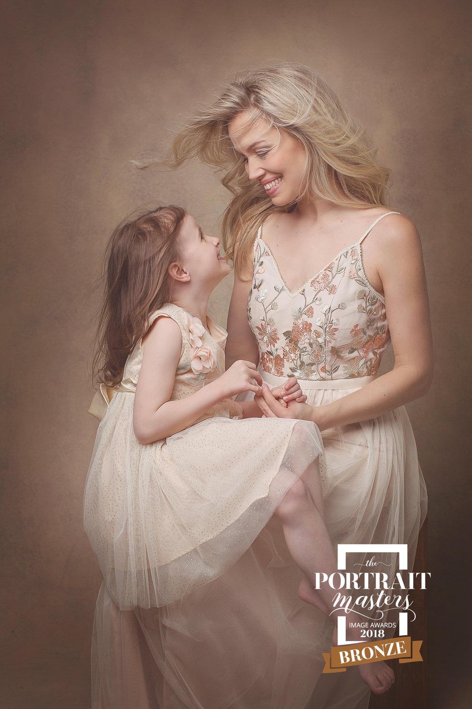 bronzemother-daughter-preciousmoment-biancamorelloportraits.jpg