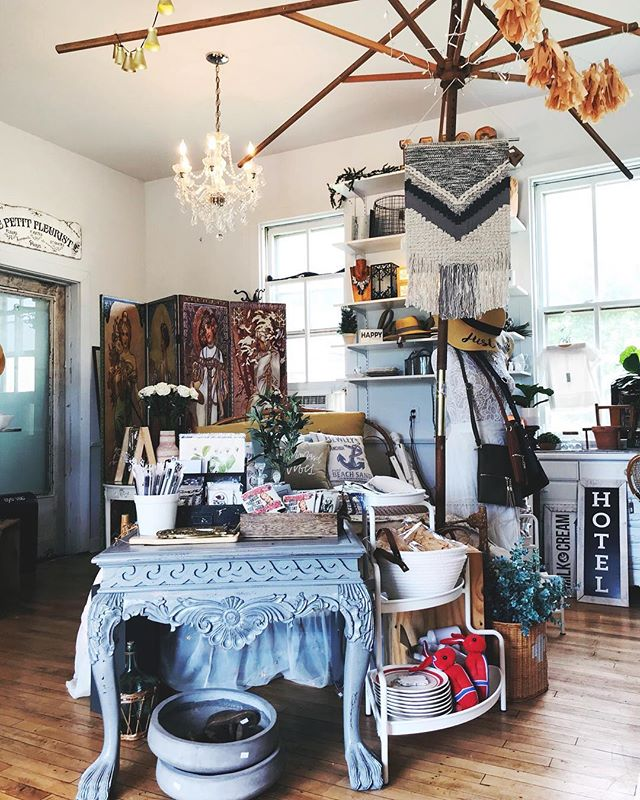 Today is one of those days that starts out open and free and by lunch you're booked solid with to do's, places to be and tasks to accomplish . . . . . #wherehasthedaygone #allthethings #myhappyplace😍 #smalltowncharm #smalltownamerica #midwestgirl #midweststyle #wisconsinboutique #pardeevillewi #shopsmallbiz #allthingsgirly