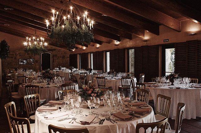 El salón de M+C, una pareja vasco-salmantina que nos llevaron de boda a Salamanca 🤩💛. Estamos contando los días para recibir las fotos de esta boda tan especial🌿👏🏼👏🏼. . . Wedding Co.: @alegriamacarenaweddings  Flores: @flowersandco  Caligrafia: @caligrafiabilbao  Meseros: @knotsmadewithlove  Rentals: @options_es  Venue: @hacienda_zorita  Vestido: @white_love_atelier  Foto: Patricia E. . #weddingplannerbilbao #weddingplannervitoria #weddingplannerpaisvasco #bodasbilbao #bodasvitoria #alegriamacarenabodas