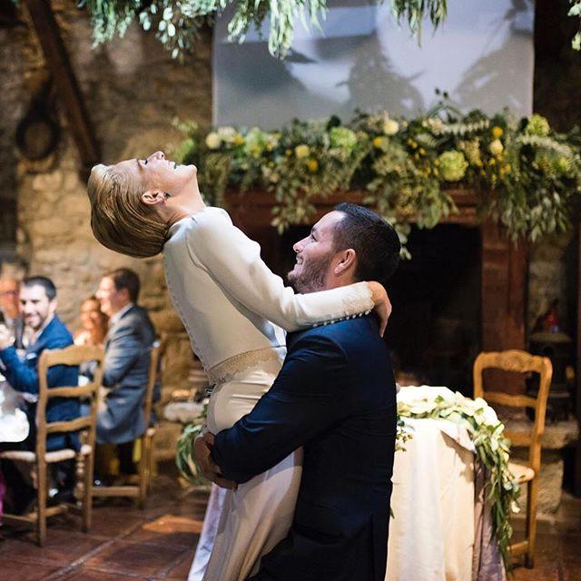 🌿 CELEBRAR el AMOR con vosotros y con todas las parejas que han confiado y confían en nosotros es nuestro mejor regalo 🌿. ✨GRACIAS✨. ¡Os deseamos mucho amor para todxs hoy y cada día!💛💛 . . 📷:@olatz_soto_fotografia. Vestido: @white_love_atelier @otaduy . 🌿:@florfruitseventos. 🍴:Baserri Maitea . 🎧:@artetaa. 🤵: @sastreriaforaster . Wedding Co.: @alegriamacarenaweddings . . #weddingplannerbilbao #weddingplannerpaisvasco #alegriamacarenabodas #bodasbilbao #weddingplannervitoria