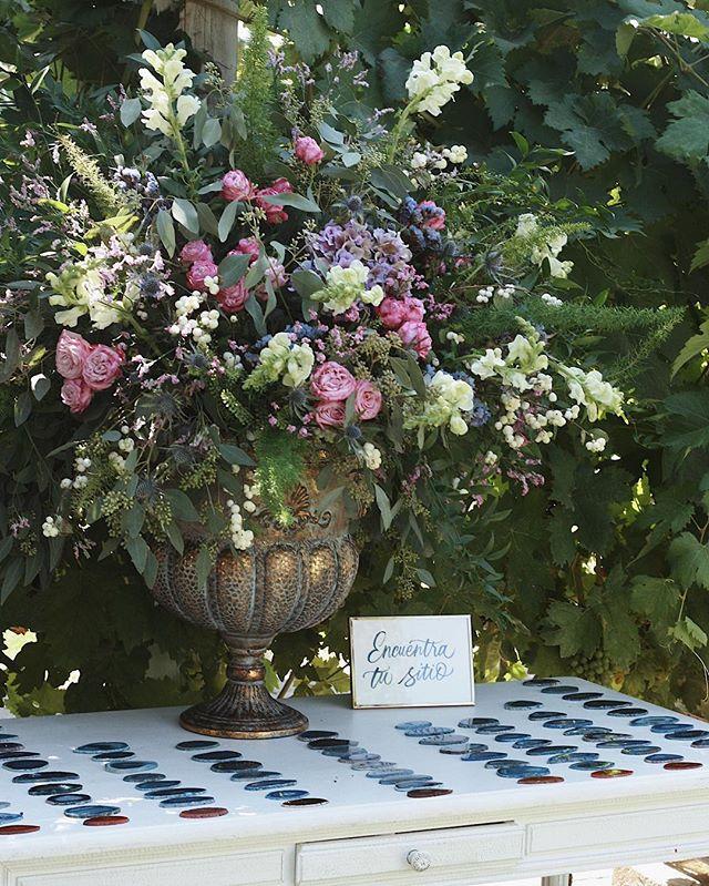 ✨¿Os gusta seating plan que diseñamos para la boda de M+C?✨ 👉🏼 Los nombres estaban caligrafiados por @caligrafiabilbao en unas ágatas azules preciosas que los invitados se llevaron de obsequio en una preciosa bolsita de lino. 👉🏼 El centro ESPECTACULAR es de @flowersandco 🌿, la mesita preciosa de @memoriasdelayer y el montaje está hecho con todo nuestro amor✨. ¡Pronto recibiremos las fotos oficiales de esta preciosa boda! . Estamos deseando compartirlas con vosotrxs! 🤗 . . . . Foto: Patricia Echanove #weddingplannerbilbao #bodasbilbao #weddingplannerpaisvasco #alegriamacarenabodas  #bodaspaisvasco