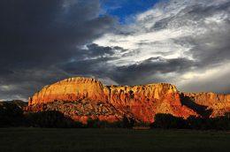 Ghost_Ranch_redrock_cliffs,_clouds