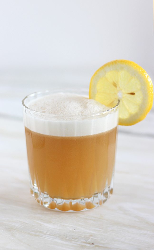 EASY whiskey sour cocktail with vegan foam that takes only 4 ingredients and a minutes to make. A simplified and vegan spin on this classic drink #vegan #whiskeysour #cocktails