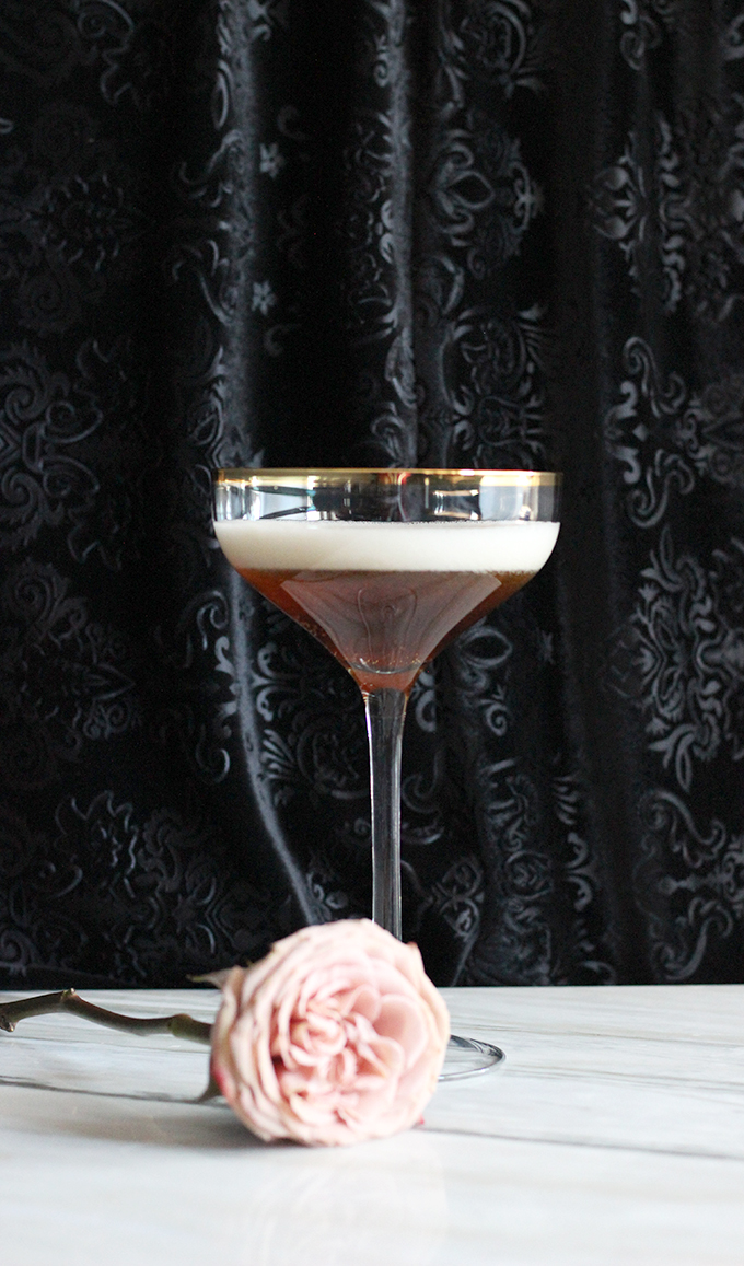 Black Velvet is an Ease and Elegant Cocktail made with Champagne and Guinness #beercocktail #champagne #guinness #easycocktails