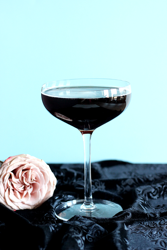 Champagne + Guinness Make a Beautiful Black Velvet Cocktail #2ingredients #easycocktails #champagne #guinness