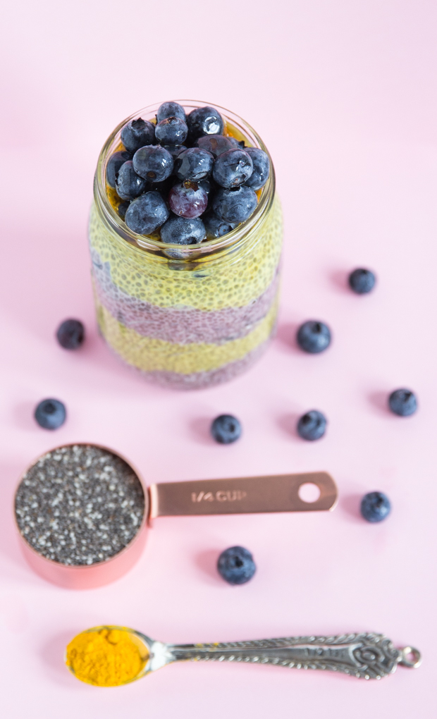 Blueberry-Turmeric Chia Pudding is only 5 ingredients and anti-inflammitory goodness! #chiapudding #vegan
