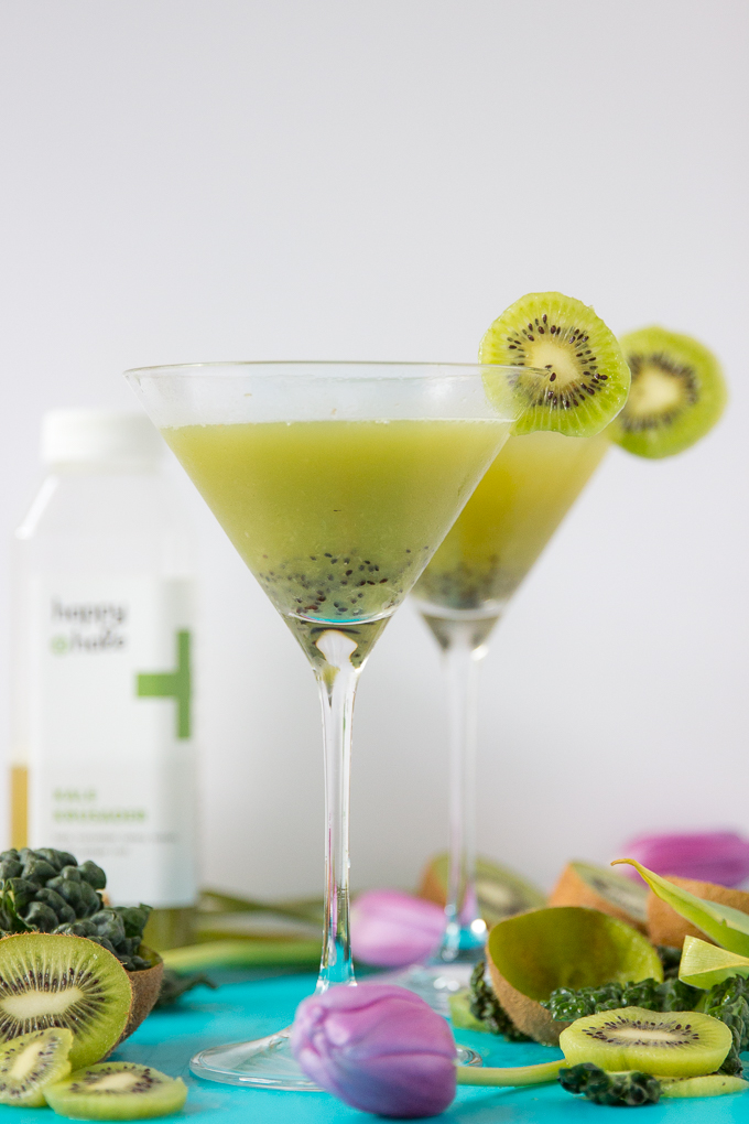 Healthy-ish Kale + Kiwi Martini Cocktail is only 3-ingredients with Happy + Hale Kale Krusader #kalemartini #healthycocktails #kiwi