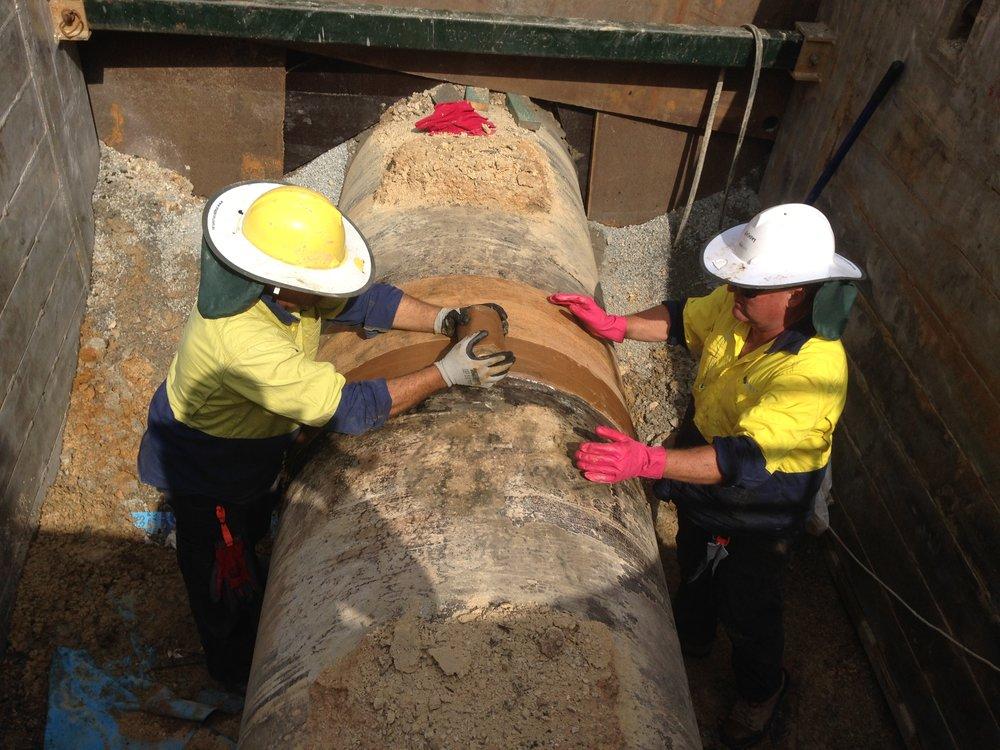 16 - repairing 960 watermain and trenching supports.JPG
