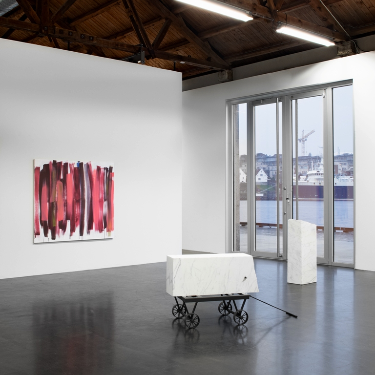 White cubes from Carrara, 2 stk , 130 x70x 50, og 50x 40 x 70 ,marmor, tralle i jern. Red joy, 140 x 160 ,akryl på lerret.