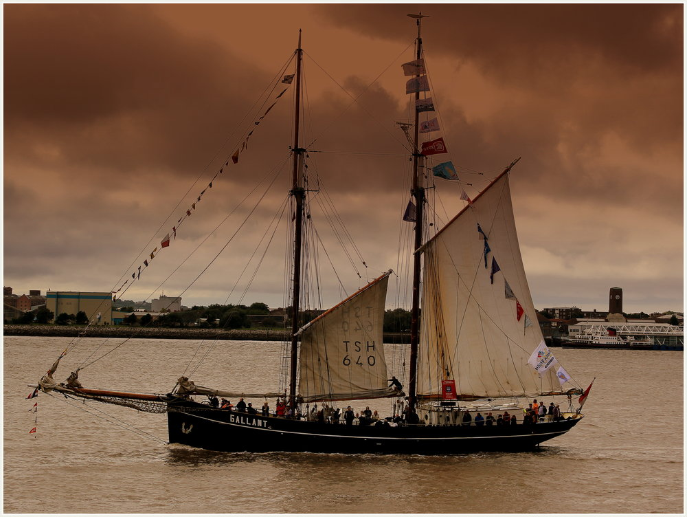 The schooner Gallant, leaving Liverpool. calflier001 [CC BY-SA 2.0 (https://creativecommons.org/licenses/by-sa/2.0)] via Wikimedia Commons