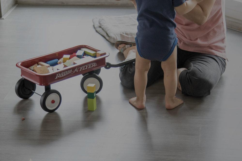 看家人陪寶寶在地上玩,真是幸福滿滿。 - - Chris