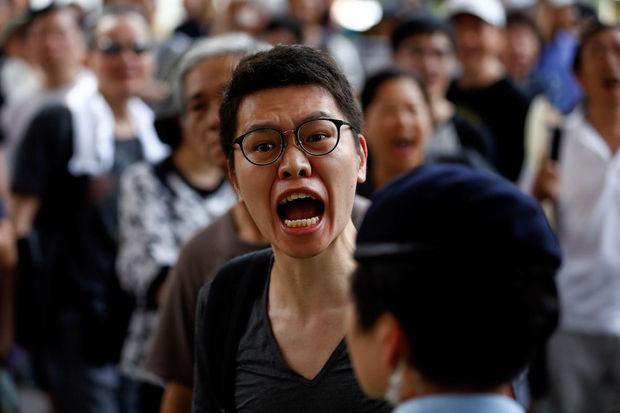 Een man roept naar pro-China betogers tijdens een betoging voor meer democratie in Hongkong, 1 juli 2017. © Reuters