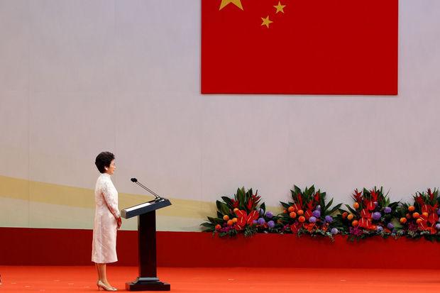 Carrie Lam, de nieuwe leider van de lokale regering, op het podium voor ze haar eed aflegt op de ceremonie van 20 jaar Chinees bestuur, 1 juli 2017. © Reuters