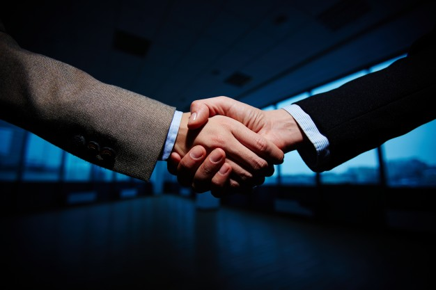 handshake-of-businessmen_1098-742.jpg
