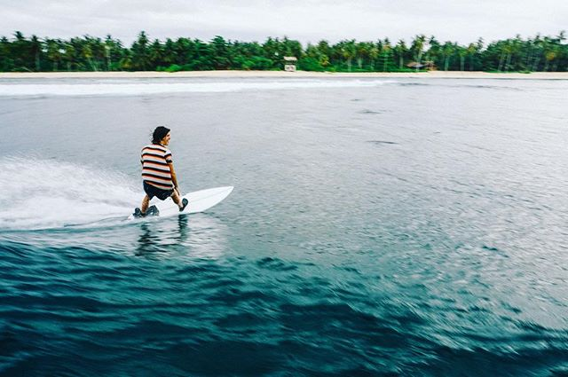 Waiting for it 🌴🌴🌴 . . . #surf #hollowtrees #surfphotography #mentawai #katiet #paradis #surfing #palmtrees #surfboard #photography #bluewater #bluebay