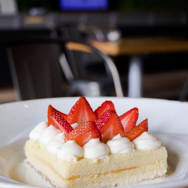 Raise your hand if you love Tres Leches Cake! 🙋‍♂️ 📸: @ayceofspade . . . . #foodie #ktown #dessert #nom #eatingfortheinsta
