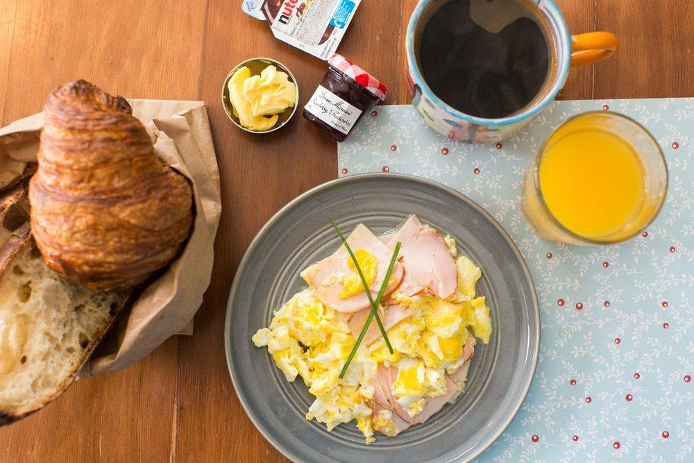 DESAYUNO ANA AVELLANA:  Tres huevos a elegir acompañados con una canasta de panes.